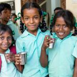 Vor dem Unterricht bekommt jedes Kind ein nahrhaftes Getränk.
